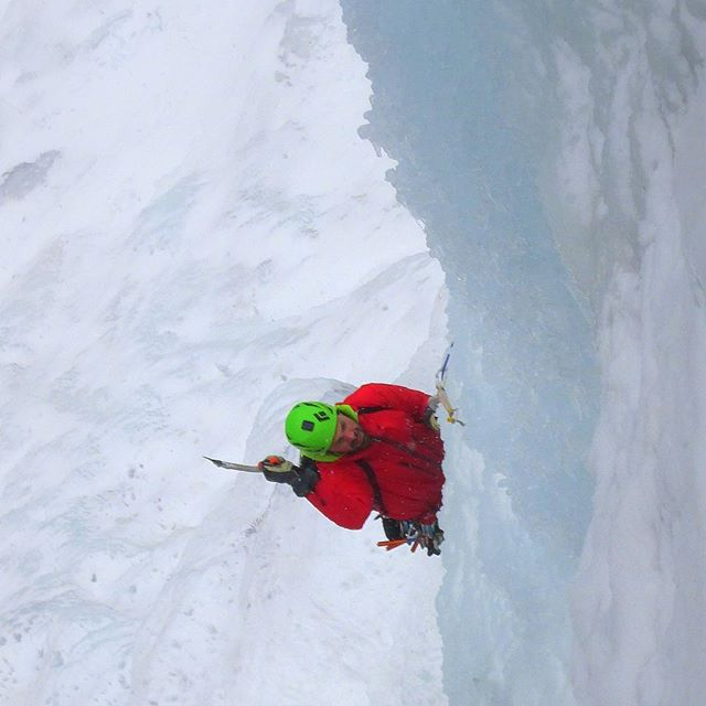@adventurespiritguides@zebblais keeping things straight on Mindbender. @mammutna @mammut_absolute_alpine #runatribe #neclimbs #northeastice #lakewilloughby